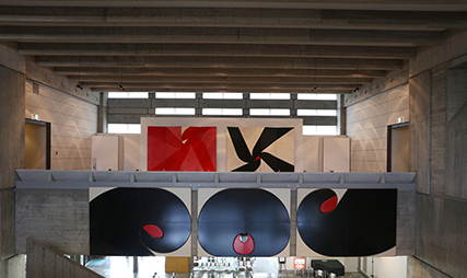 展示風景:2階ロビーから高橋秀作品を見る photo:Nagase Masami